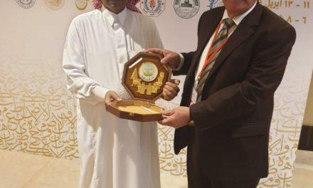 جامعة الحمدانية تمنح درع الإبداع والتمييز لرئيس المؤتمر الدولي الثامن للغة العربية بدبي